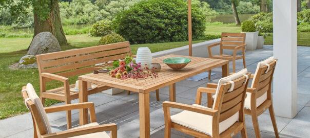 Teak-Gartenmöbel-richtig-pflegen